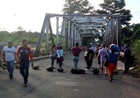 El puente Castillo Armas, en Santa Cruz Muluá, Retalhuleu, es uno de los puntos bloqueados. (Foto Prensa Libre: Christian Icó)