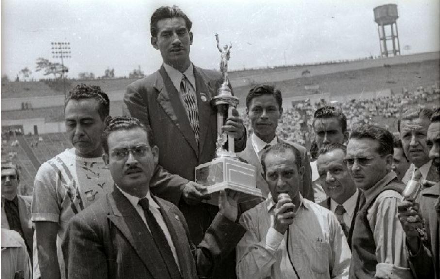 Así fue la celebración en el estadio Nacional por el triunfo de Mateo Flores. (Foto Prensa Libre: Hemeroteca PL).