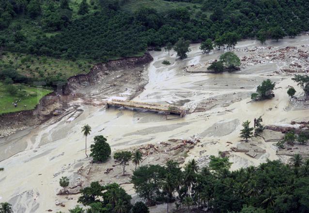Vista aérea del Puente Jones ubicado en Teculután, Zacapa el cual quedó destruido por la crecida del río Motagua. (Foto: Hemeroteca PL)