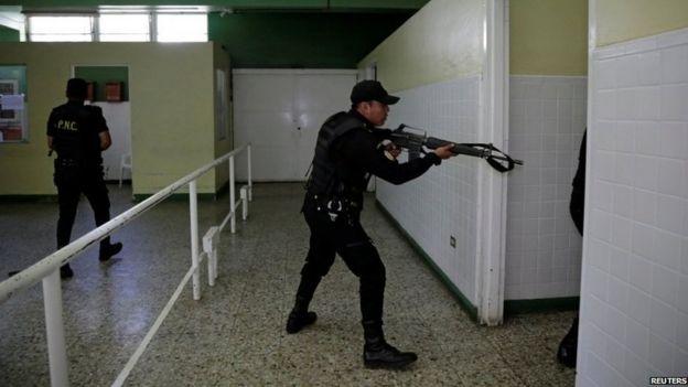 Escenas en el hospital después del sangriento rescate de la Mara Salvatrucha. REUTERS