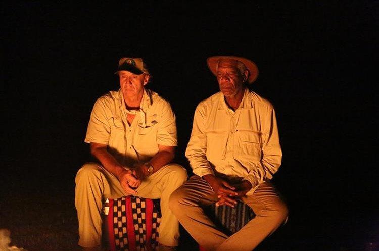 Richard Hansen (izquierda) y Morgan Freeman (derecha) descansan después de un día de filmación.