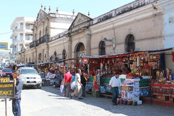 Comerciantes ubicados en la calle de la Catedral, en la cabecera de Huehuetenango.