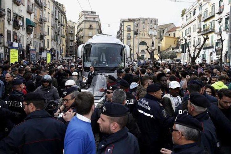 Los aficionados del Nápoli continúan en las afueras del hotel donde se hospedan los jugadores del Real Madrid. (Foto Prensa Libre: Diario Marca)