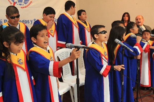 Un grupo de no videntes le canta a Santa Lucía en su día.
