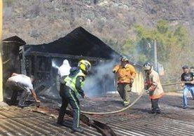 Socorristas controlan incendio en hotel de Panajachel, Sololá. (Foto Prensa Libre: Ángel Julajuj).