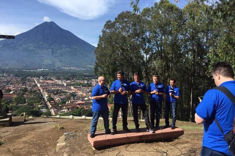 Los conductores durante su visita al Cerro de la Cruz en Antigua Guatemala. (Foto Prensa Libre: Twitter)