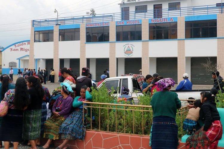La Municipalidad de San Miguel Siguilá permaneció cerrada por más de dos semanas por pobladores que exigían la renuncia del alcalde. (Foto Prensa Libre: Carlos Ventura)