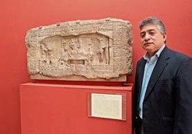 Héctor Escobedo ha dedicado su trabajo a revelar detalles en las estelas mayas.
