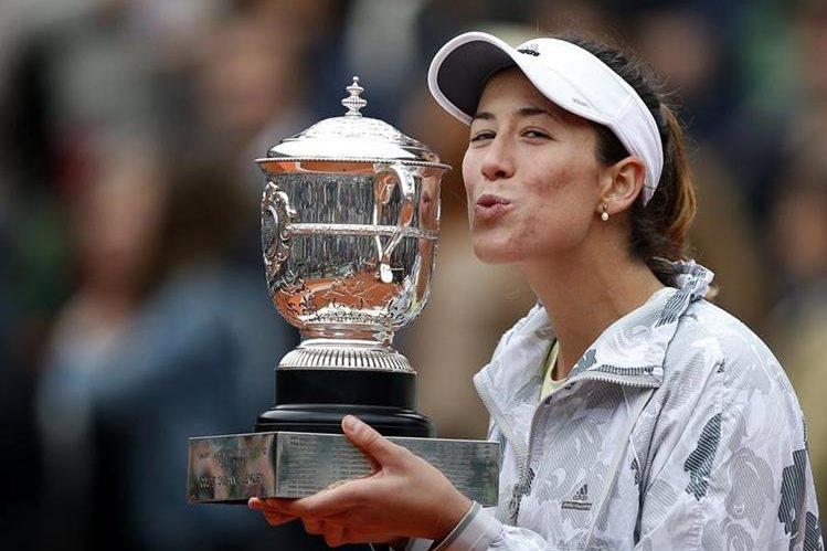 Muguruza no desaprovechó la oportunidad para entrar en la historia del tenis español y mundial. (Foto Prensa Libre: AP)