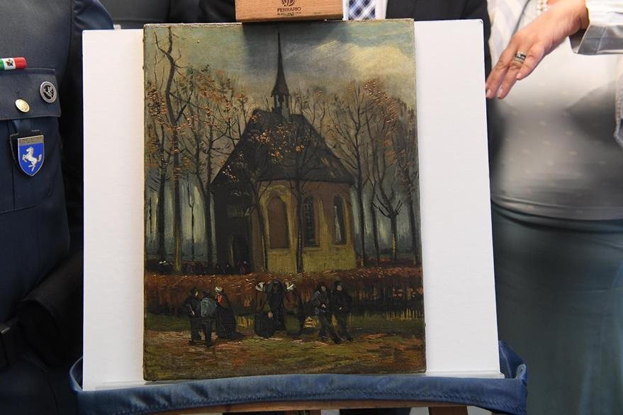 Pieza: Congregación saliendo de la iglesia reformada en Nuenen. (Foto Prensa Libre: AP)