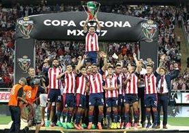 Así festejaron los jugadores de las Chivas el título conseguido anoche. (Foto Prensa Libre: EFE)