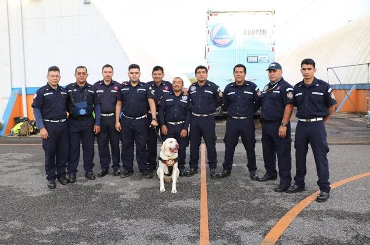 Parte del equipo de socorristas que viajó a México para ayudar a víctimas del terremoto. (Foto Prensa Libre: Bomberos Municipales)