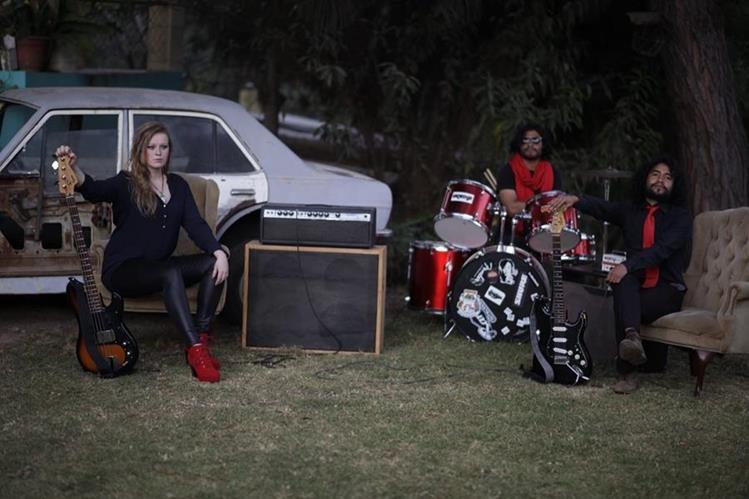 La alemana Rose K. es la vocalista y bajista. En la guitarra, Alejandro Benavente y en la batería, Luis Barreno. Ambos son quetzaltecos. Foto Prensa Libre: Álvaro Argueta.