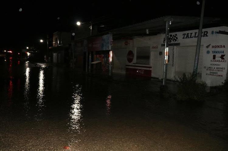 Negocios y viviendas ubicadas en la calle conocida como Centro de Salud quedaron anegados. (Foto Prensa Libre: Rigoberto Escobar)