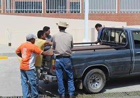 <p>Familiares de los hermanos Gomez Pineda exigen que se investigue el doble crimen. (Foto Prensa Libre: Óscar González).</p>
