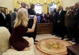 Kellyanne Conway, asesora del presidente Trump, es captada por la Prensa arrodillada en un sofá del Despacho Oval de la Casa Blanca. (Foto Prensa Libre: EFE).