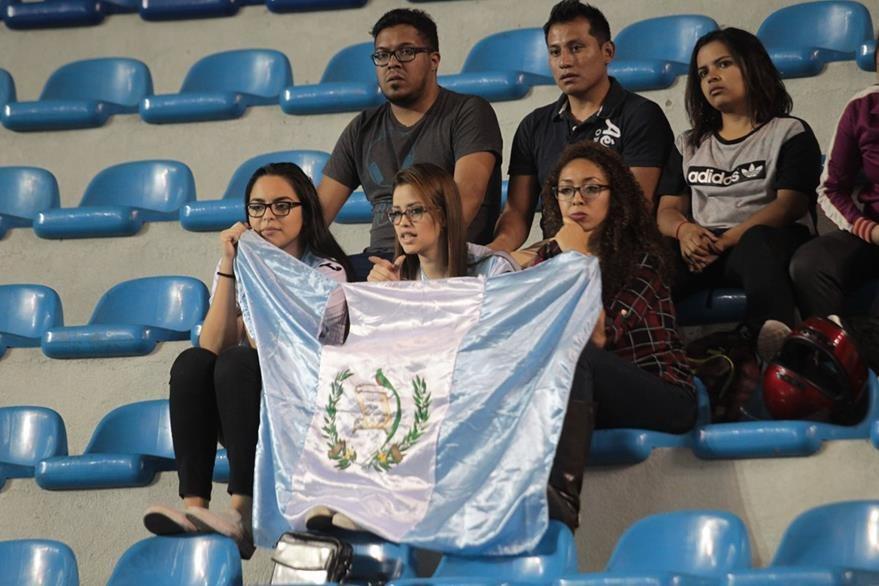 La afición guatemalteca asistió al Domo de la zona 13 para despedir a la Bicolor. (Foto Prensa Libre: Norvin Mendoza)