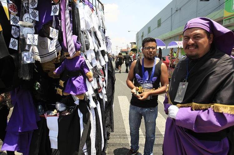 Comerciantes caminan durante horas, aprovechan previo al paso de las procesiones para vender diversos tipos de productos.  foto por Carlos Hern‡ndez 10/04/2017