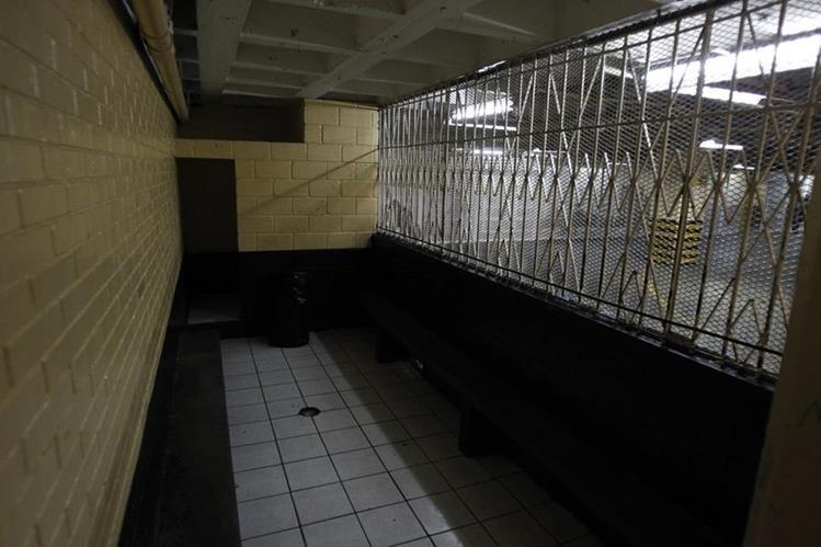 La ausencia de reos en la Torre de Tribunales fue evidente ayer. Esta es una de las carceletas donde los presos esperan ser llevados a los diferentes juzgados. (Foto Prensa Libre: P. Raquec)