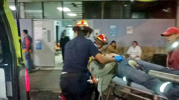 Bomberos Municipales ingresan al Hospital General con heridas de bala a un hombre, atacado en la zona 1. (Foto Prensa Libre: CBM)