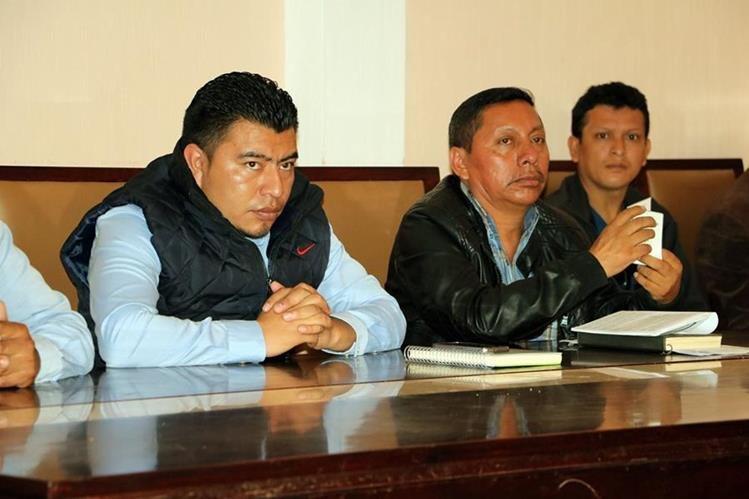 Bernabé Cabrera Juárez, de chaleco azul, era alcalde en funciones cuando se autorizó la compra. (Foto Prensa Libre: Carlos Ventura)