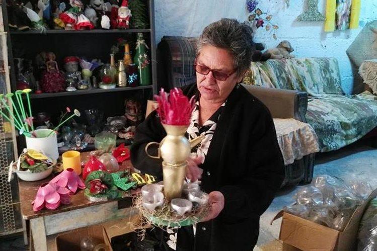 Doña Mati muestra uno de los adornos creados a partir de material reciclable. (Foto Prensa Libre: Hugo Oliva)