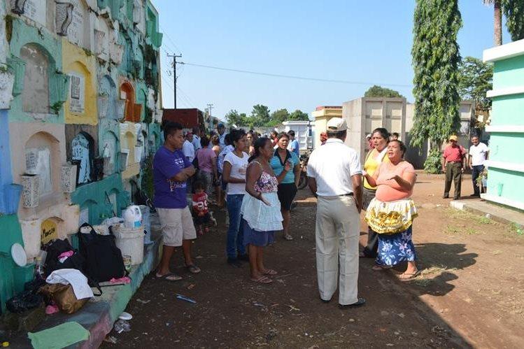 Encargados de cementerio de la cabecera de Retalhuleu desalojan a vendedores informales. (Foto Prensa Libre: Jorge Tizol)