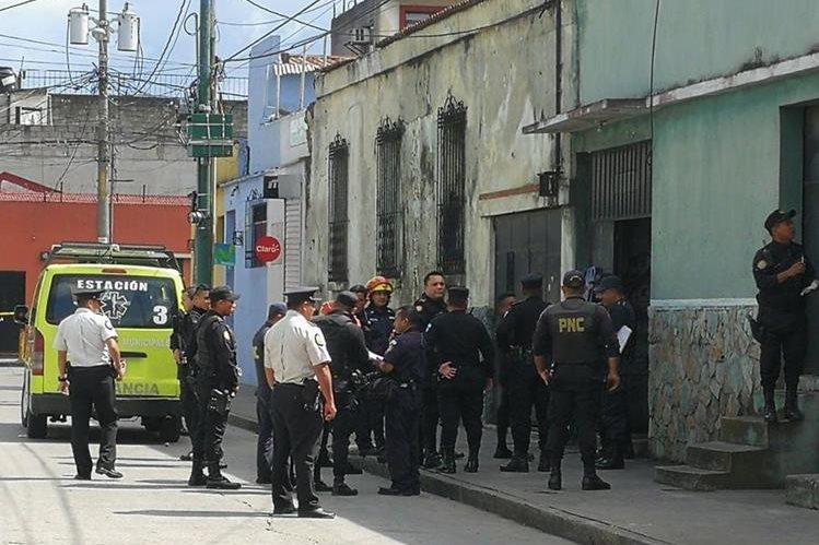 Un ataque armado ocurrió en la zona 1 capitalina que dejó dos muertos y un herido. (Foto Prensa Libre: Óscar Rivas)