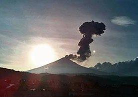 Vista del volcán Popocatépetl en erupción, las cenizas han dificultado las llegadas y salidas del aeropuerto de Puebla.