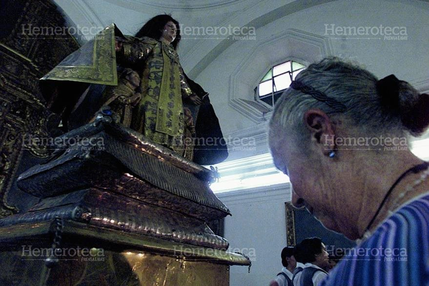 La Virgen del Carmen en 2003 el día que regresó a su iglesia luego de ser robada dos años antes. (Foto: Hemeroteca PL)