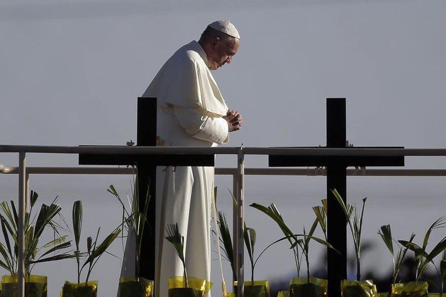 Una oración por los migrantes fallecidos, hace el papa Francisco. (Foto Prensa Libre: AP).