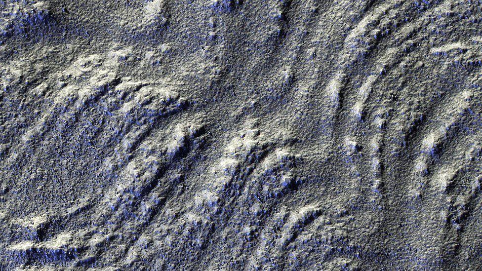 Esta imagen tiene una iluminación del Sol más bajo en el horizonte, lo que acentúa el relieve de la montañas Euripus Mons. NASA