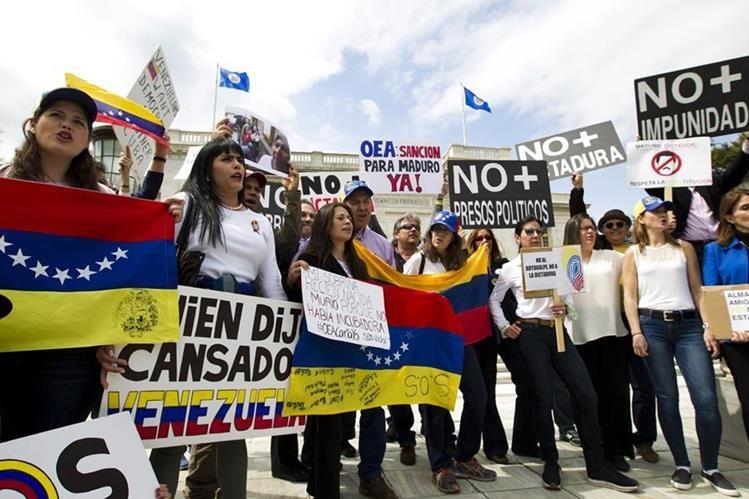 Manifestantes exigen fin del mandato de Maduro. (Foto Prensa Libre: AP)