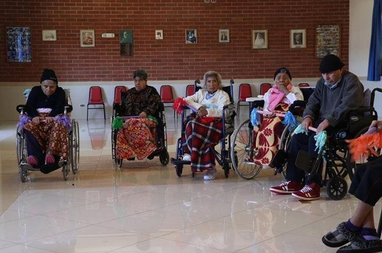 Los adultos mayores reciben atención integral en el hogar Amparo de San José. (Foto Prensa Libre: Mike Castillo).