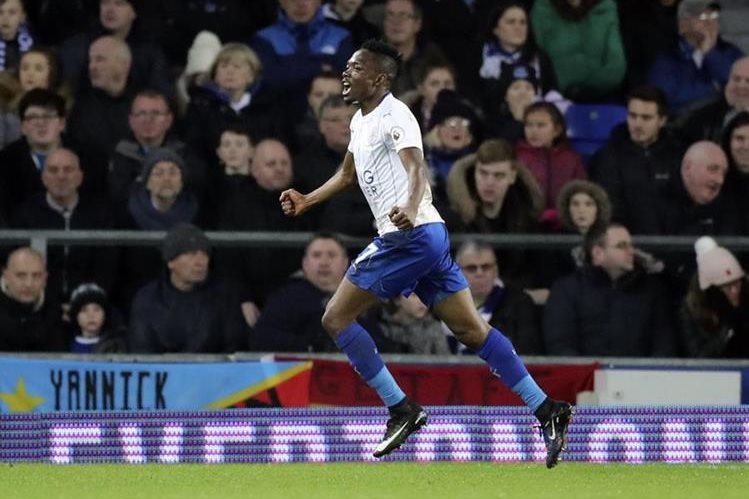 Ahmed Musa celebra luego de marcar un gol frente al Everton. (Foto Prensa Libre: AP)