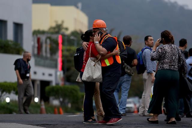 Varios edificios y centros comerciales fueron evacuados por el sismo de 5.1 grados. Foto Prensa Libre: EFE.