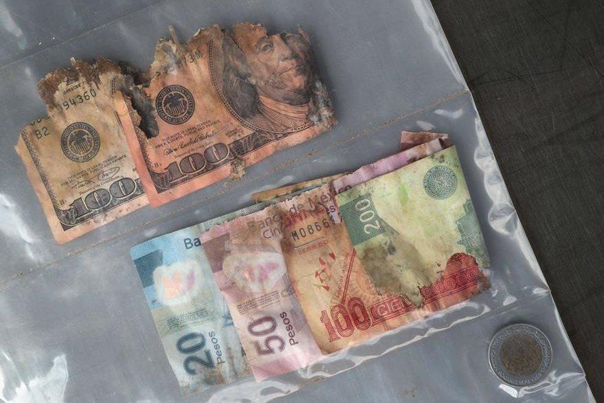 Trescientos setenta y pesos y US$200 dólares llevaba un inmigrante fallecido. (Foto Prensa Libre: AFP).