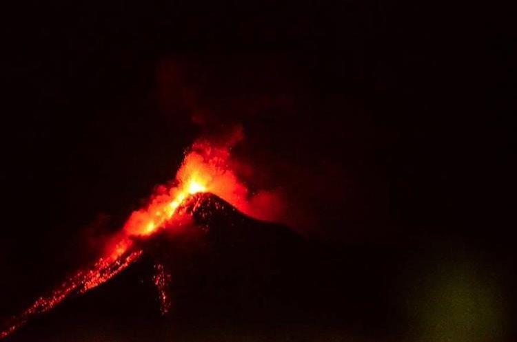 La actividad del volcán comenzó durante la noche del lunes. (Foto: Sofía Letona)