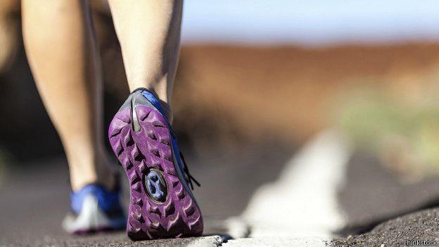 Escoger las zapatillas deportivas correctas reduce el riesgo de lesiones. (THINKSTOCK)