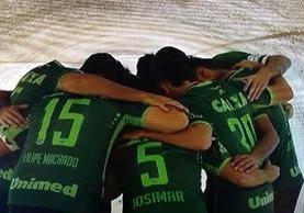 Los jugadores de San Lorenzo mostraron con orgullo las camisolas que intercambiaron con sus compañeros del Chapecoense. (Foto Prensa Libre: Twitter San Lorenzo)
