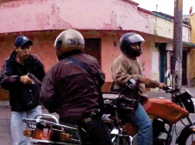 Los delincuentes aprovechan el semáforo en rojo para impedir el paso a sus víctimas. En muchas ocasiones las amenazan con armas de fuego.