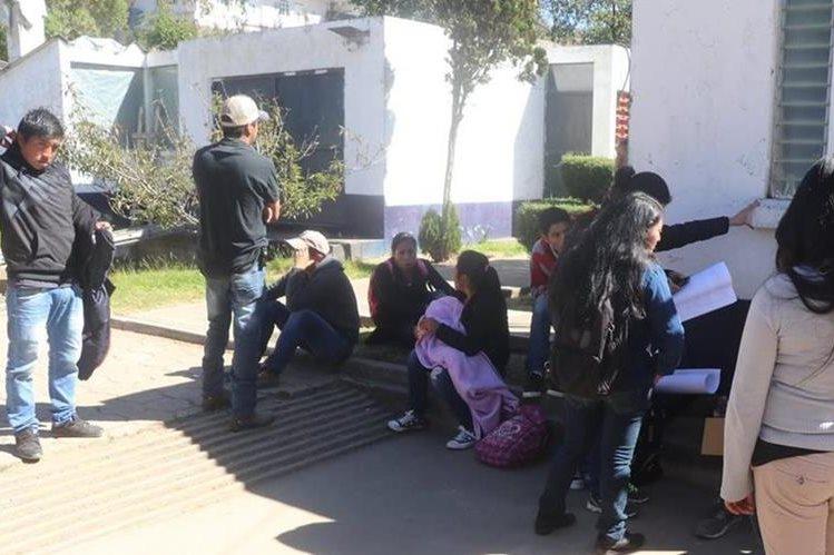 Los servidores cívicos que reclaman su pago permanecieron por varias horas en las instalaciones del Maga en San Marcos. (Foto Prensa Libre: Whitmer Barrera)