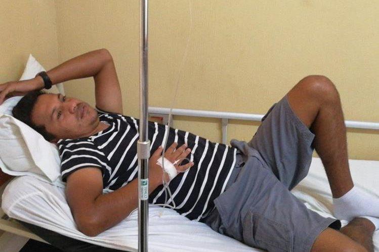 El técnico nacional Amarini Villatoro se recupera de problemas estomacales en un centro asistencial de Guastatoya. (Foto Prensa Libre: Edwin Fajardo)