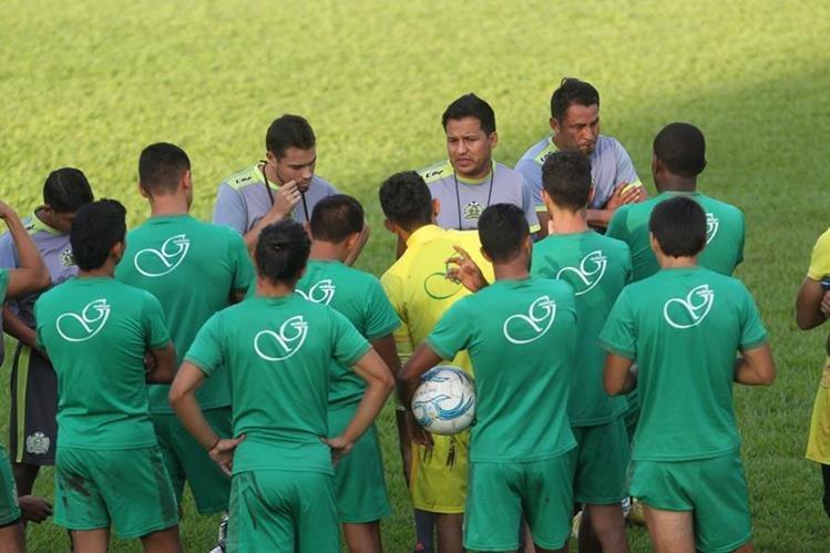 Amarini Villatoro conversa con sus jugadores en el inicio del entrenamiento del lunes. (Foto Prensa Libre: Norvin Mendoza).