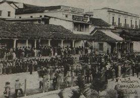 Los revolucionarios permanecen formados frente al Parque Central de Quetzaltenango en 1897. (Foto: el Quetzalteco)