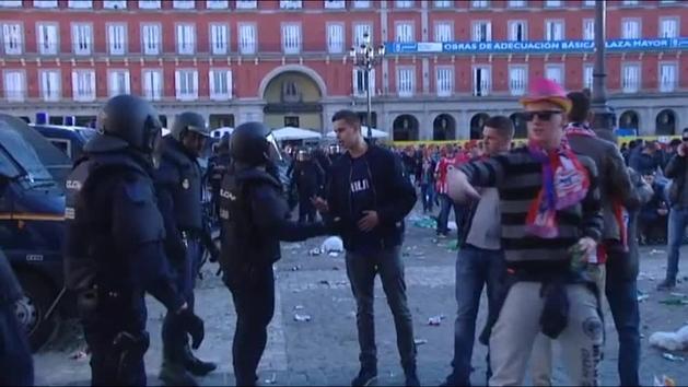 Los aficionados del PSV protagonizaron una serie de desórdenes en la plaza mayor de Madrid. (Foto Prensa Libre: Redes sociales)