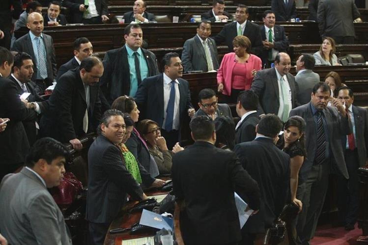Diputados buscaban apoyo para diferentes enmiendas con sus compañeros, pero muchas fueron rechazadas. (Foto Prensa Libre: Álvaro Interiano)