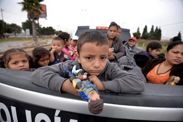 Unos 700 migrantes, la mayoría de ellos de Honduras, Guatemala y el Salvador que recorren territorio mexicano reciben apoyo de transportes policiacos. (Foto Prensa Libre: Hemeroteca PL)