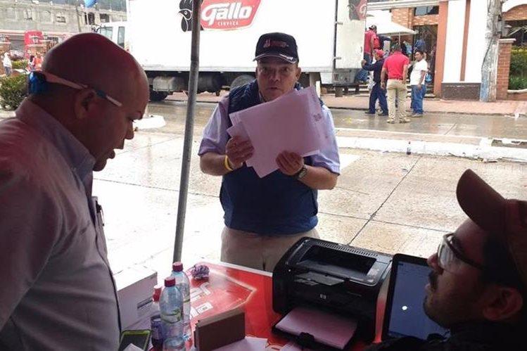 El comisario de la Unión Ciclista Internacional (UCI), Juan Cano Arcila, explicó el porqué debieron declarar empate técnico en el final de la etapa cuatro de la Vuelta. (Foto Prensa Libre: Francisco Sánchez)