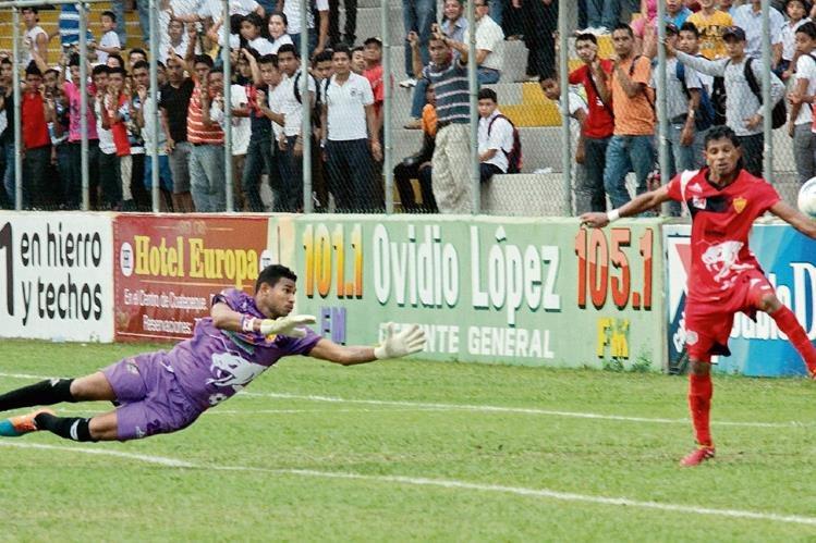 El remate  del panameño Rolando Blackburn no pudo ser detenido por el portero José Calderón. David Espinoza intenta sacar el balón con la mano.
